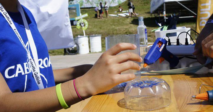 Talleres de reciclaje basados en las botellas de agua de Cabreiroá